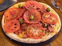 Pizza napolitana con ajo y panceta