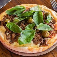 Pizza con champignon, mozzarella, ajo y albahaca grande