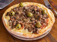 Pizza con mozzarella y champignones portobello grande