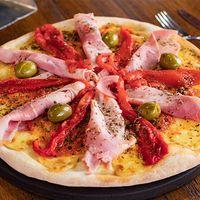 Pizza con jamón cocido horneado, salsa de tomate natural, mozzarella y morrones asados grande