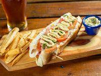 Hot dog gourmet semental italiano con papas fritas