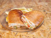 Sándwich de milanesa acompañado de papas fritas