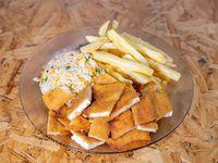 Milanesa picada acompañada de papas fritas y arroz