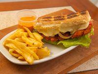 Street sándwich con papas fritas