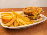 Hamburguesa americana doble con papas fritas