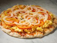 Pizza con salsa, muzzarella, cebolla y tomate