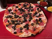 Pizza 30 x 30 con queso, jamón, tomate, aceituna, salame y orégano