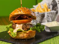 Juicy burger con papas fritas