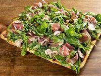 Pizza de jamón crudo con rúcula y champignones