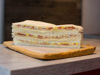 Sándwiches de queso, atún, tomate y huevo (12 unidades)