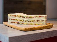 Sándwiches de queso, anchoas, tomate y huevo (12 unidades)