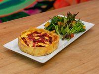 Tarta de jamón, queso y tomates secos con mix de verdes