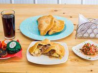 Promo carne - 2 empanadas de mechada y queso + empanada de pino frita + 3 bebidas 350 ml + 3 alfajores individuales