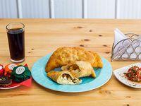 Promo pollo - Empanada de pollo, champignones y queso + empanada de pollo, choclo y queso + 2 bebidas 350 ml + 2 alfajores individuales