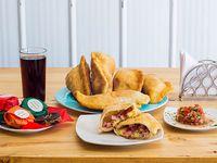 Promo quesos - 2 empanadas de queso  + 2 empanadas de jamón y queso + 2 empanadas napolitanas  + bebida 2 L + 6 alfajores individuales