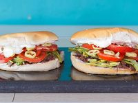 2 Sándwich (14 cm) de mechada con tomate, porotos verdes, ají verde y mayonesa + 1 bebida de 350 ml
