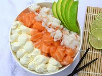 Ensalada de sushi mixta con salmón, langostinos, palta y queso Philadelphia