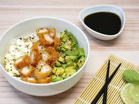 Chirashi Salad - Langostinos rebozados, palta y phila