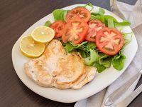Pechuga de pollo grillé con ensalada de rúcula y tomate