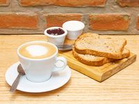 Promo 1 - Tostadas de pan casero + dips y queso blanco + café con leche o té