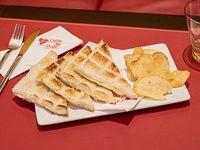 Sándwich tostado en pan de miga blanco con jamón y queso