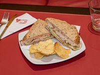 Sándwich de pollo y omelette