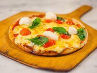 Pizza de albahaca, tomates cherries y boconccinos