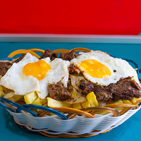 Promo para 3 - Papas fritas + cebolla frita + 2 huevos + carne mechada
