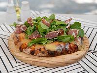 Pizza con muzzarella, bondiola y rúcula