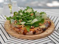 Pizza con muzzarella, nueces, parmesano y rúcula