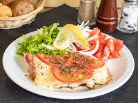 Pollo napolitano con lechuga, tomate y cebolla