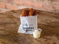 Bocaditos de pollo crispy tandoori masala con salsa de yogurt