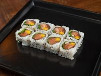 Uramaki roll de salmón, mango, rúcula y zest de lima