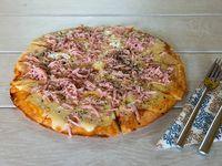 Pizza muzzarella con jamón (8 porciones)