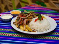 Lomo salteado de carne con papas fritas y arroz