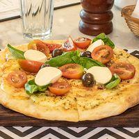 Pizza con tomates cherry, bocconcinos y albahaca