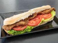 Sándwich de milanesa con lechuga y tomate