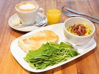 Combo temperance - Latte 12oz + tostón de pan de masa madre enmantecado con huevos revueltos, ciboulette, rúcula fresca y panceta ahumada + jugo de naranja chico
