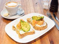 Combo calm - Latte 12oz + 2 tostones de pan de masa madre untados con queso finlandia y  ciboulette, palta y salmón ahumado