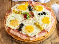 Pizza muzzarella con panceta y huevo frito