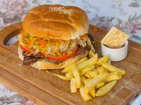 Sándwich de churrasco completo con papas fritas
