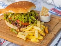 Sándwich chacarero con papas fritas