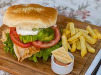 Sándwich de ave italiano con papas fritas