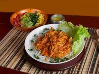 Spaguetti de Arroz con Salsa de Pollo y Ensalada
