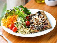 Tarta de verduras salteadas, crocante de almendras y rúcula 180 acompañada de ensalada