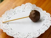 Cake pop de brownie bañados en chocolate