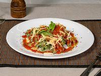 Tagliatelle de espinaca con salsa filetto y tomate cherry salteado