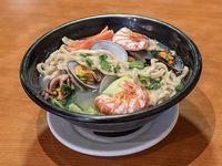 Sopa con fideos y frutos del mar