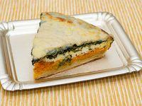 Porción de tarta verdura, ricota y salsa blanca