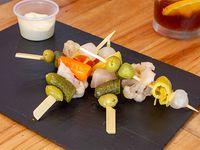 4 Pinchos de pickles en vinagre+ salsa a elección
